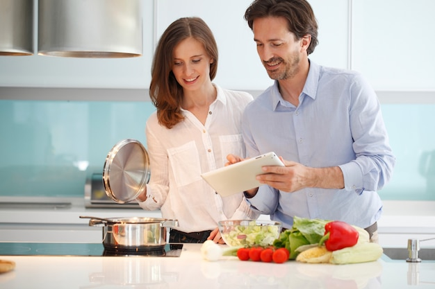 Пара готовит ужин на кухне