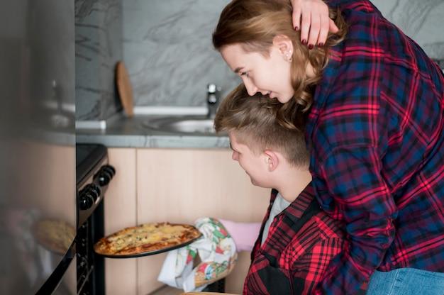 Пара готовит пиццу