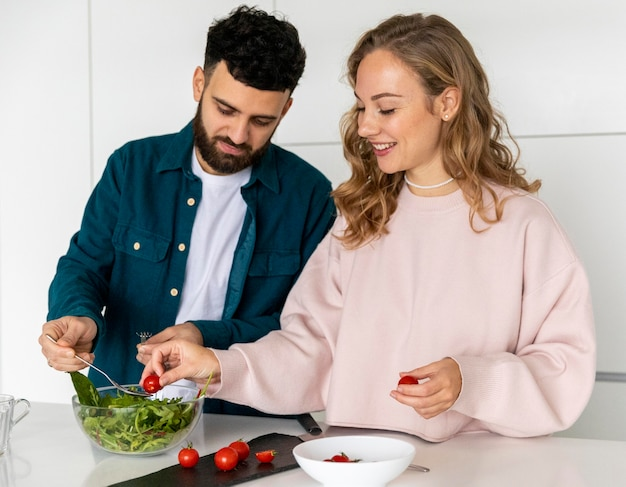 家で一緒に料理するカップル