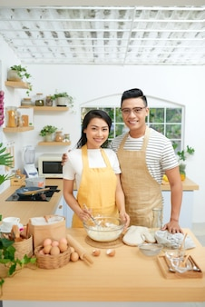 집에서 함께 요리하는 커플