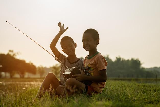 Пара милый мальчик в сельской местности с заходом солнца