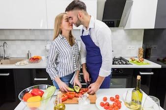 カップルカット野菜とボード上のキス