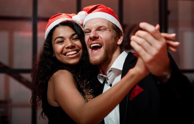 Пара танцует на новогодней вечеринке