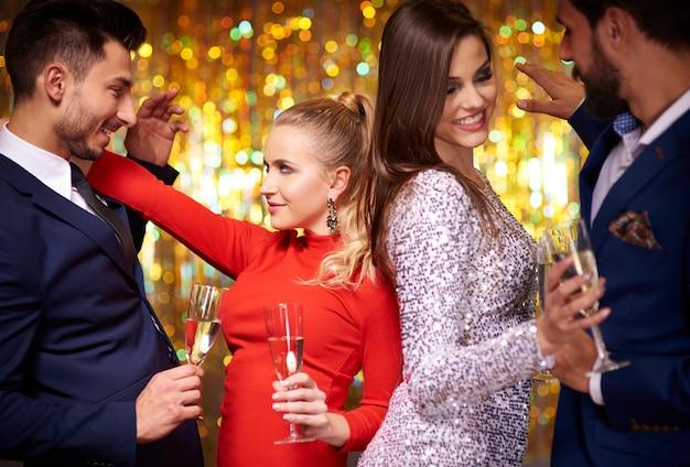 새로운 년 이브 파티에서 춤추는 커플
