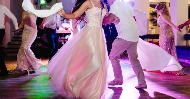 Пара танцует. первый свадебный танец молодоженов. жених и невеста танцуют в ресторане.