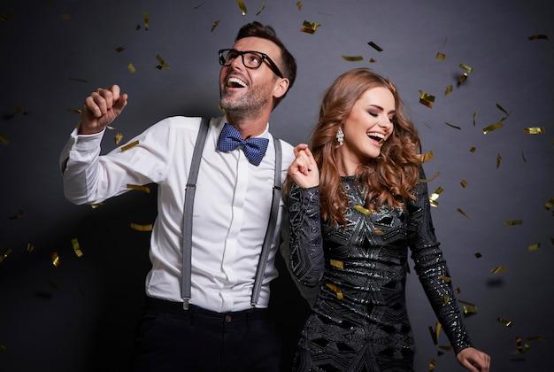 Пара танцует в серой стене