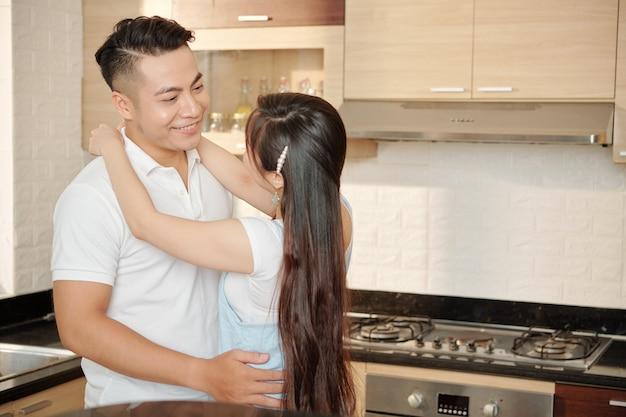 キッチンで踊るカップル
