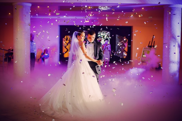 Пара танцует в þér свадьбе