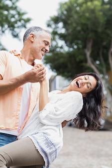 路上で踊るカップル