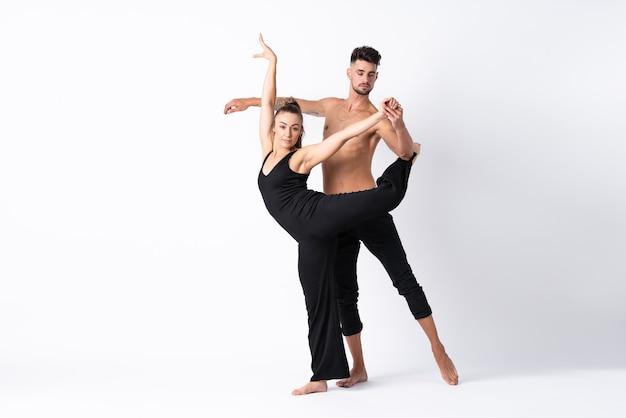 Пара танцует над белой