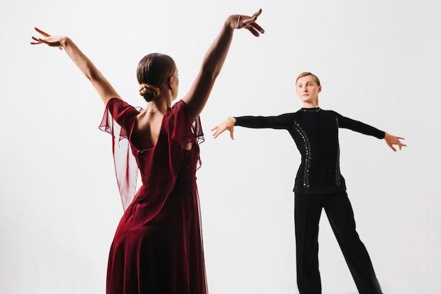 Пара танцующих танцев партнера