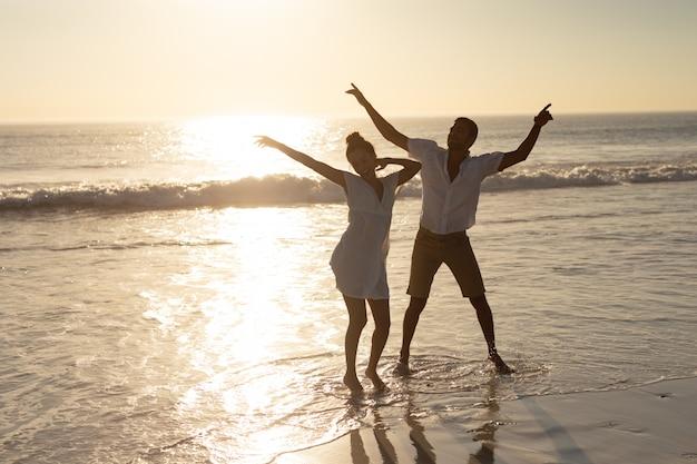 해변에서 함께 춤을 커플