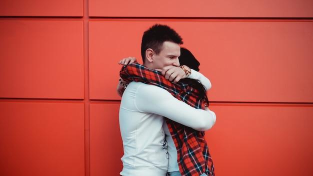 커플 데이트와 화창한 날에 도시에서 사랑에 포옹