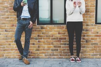 Пара знакомства счастье путешествовать с помощью смартфона
