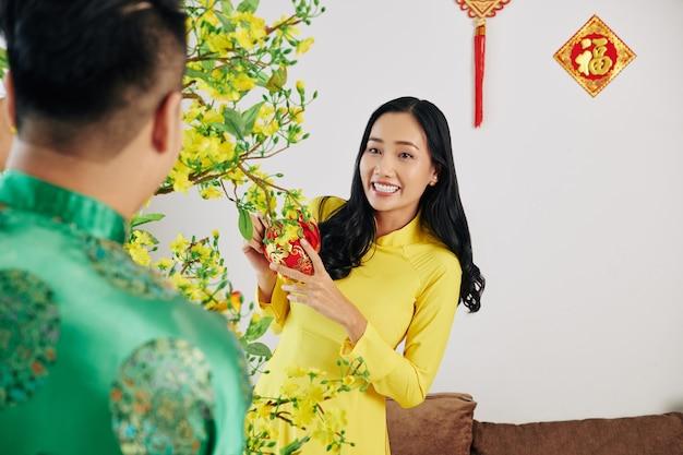 Пара украшает дом к лунному новому году
