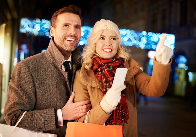 買い物をする新しい場所を発見するカップル