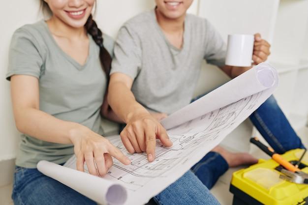 家の計画を議論するカップル