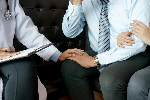 정신과 의사 및 관계 상담사와 문제를 논의하는 커플.