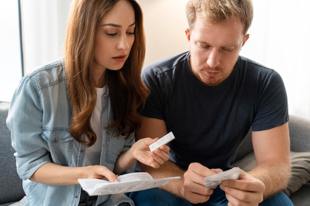 가정 covid 테스트를 하는 커플