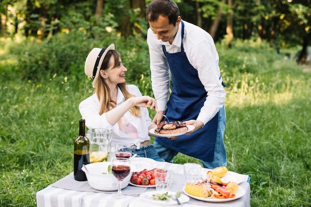 Пара делает романтический пикник на природе