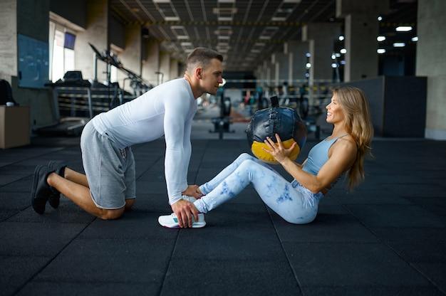 공을 가지고 운동을 하는 커플, 체육관에서 훈련