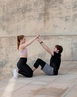 Coppia facendo fitness all'aperto