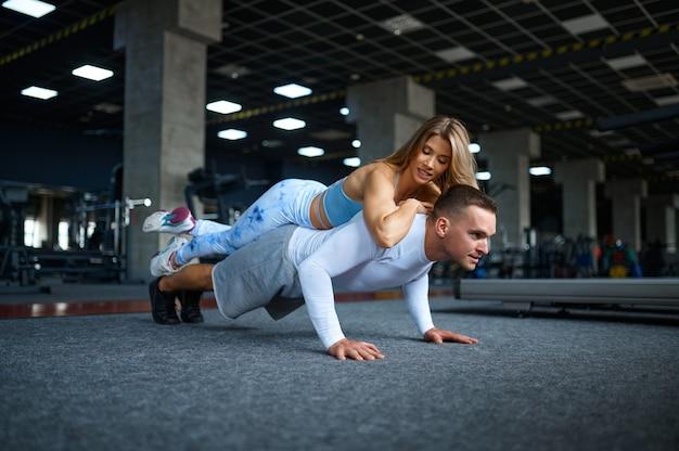 팔 굽혀 펴기를 하는 커플, 체육관에서 피트니스 훈련