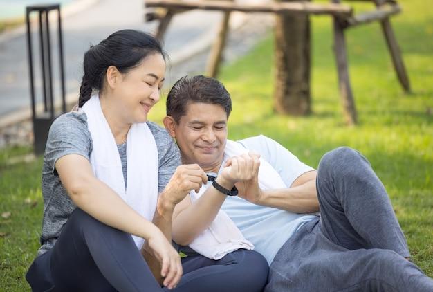 Пара делает растяжку после пробежки