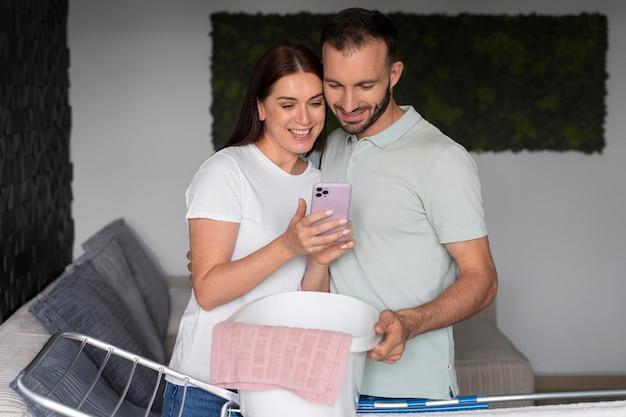 집에서 함께 세탁을 하는 커플