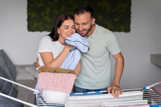 家で一緒に洗濯をしているカップル