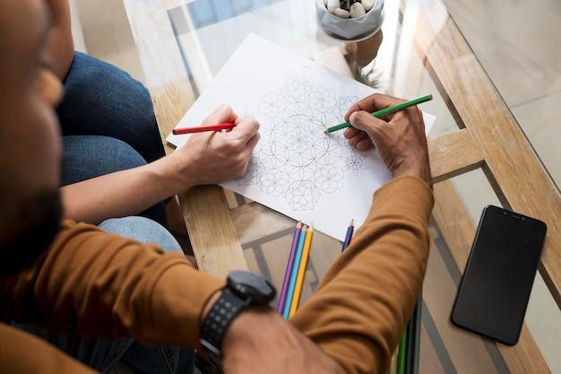 Пара рисует вместе во время цифровой детоксикации