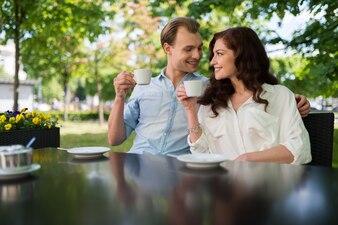 お茶を一緒に飲むカップル