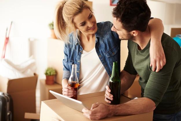 맥주를 마시고 웃는 커플