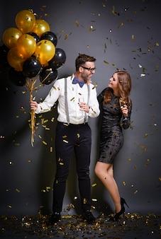Coppia bere champagne e flirtare