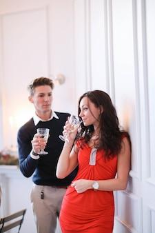 Пара пьет шампанское