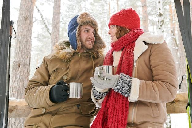 Пара пьет какао в лесу