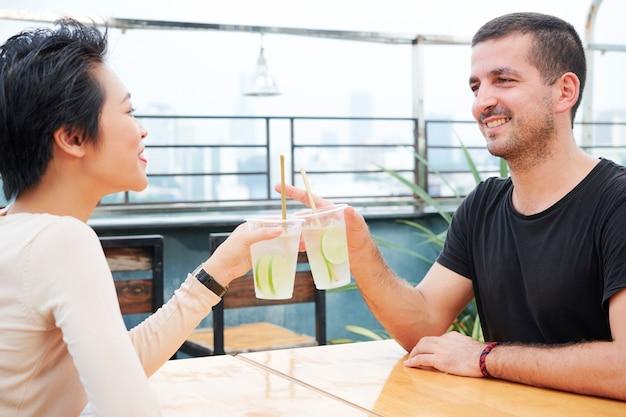 Пара, пить холодные коктейли в кафе