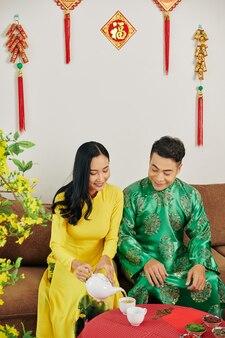 Пара пьет чай на праздновании тет