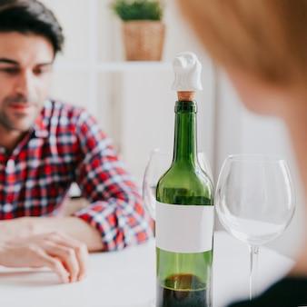 Пара пить вино и говорить за столом