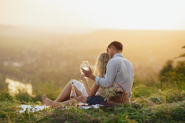 필드에서 피크닉에서 와인을 마시는 커플