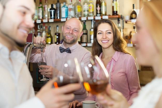 Пара пить вино в баре