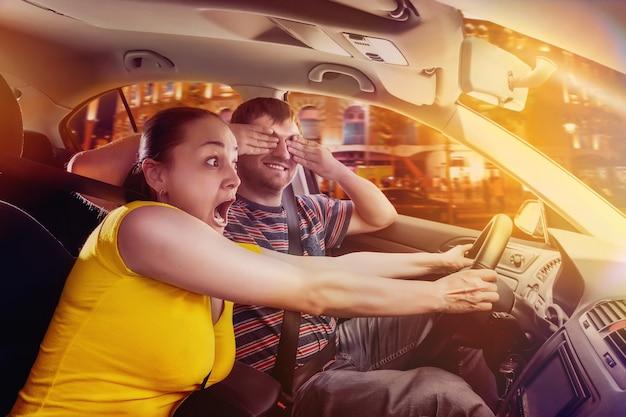 車で運転しているカップル