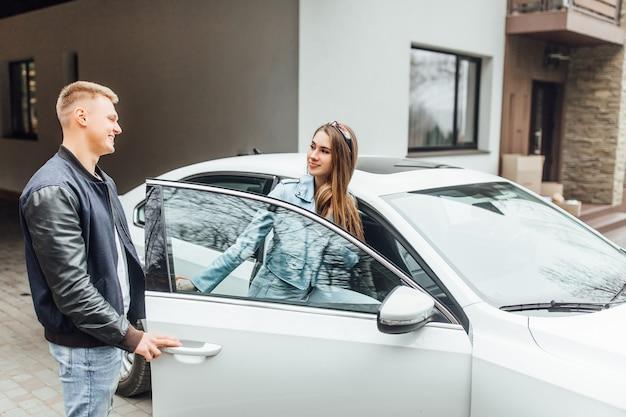 彼らの新しい家に運転しているカップル、新しいアパートでの新婚旅行。