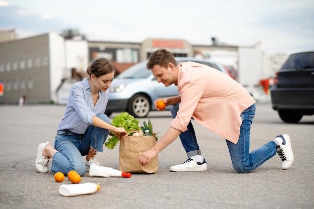 Пара уронила посылку на парковке супермаркета