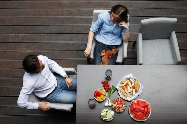 Пара ест за столом с видом сверху