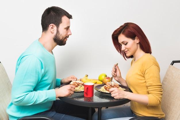 Пара есть еду дома