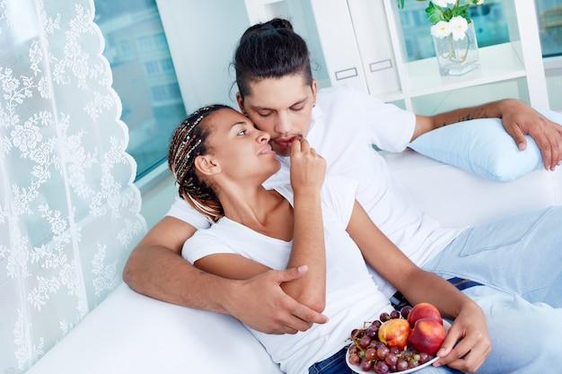 Пара едят виноград