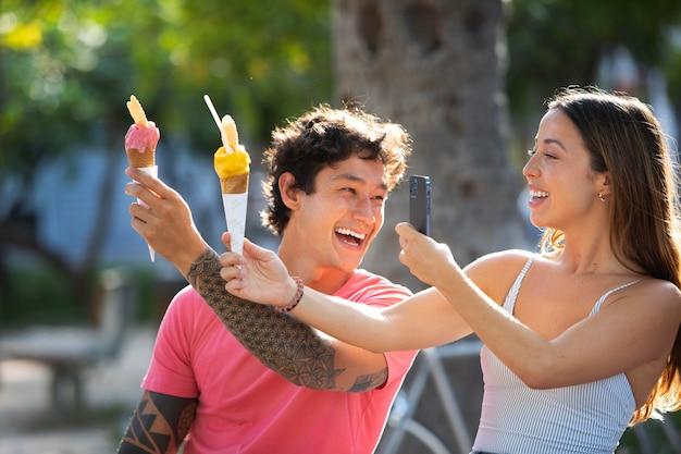 Coppia che mangia il gelato durante il viaggio