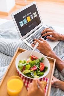 Coppia che mangia insalata e naviga nel sito del servizio di streaming