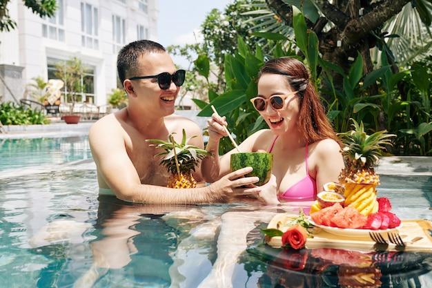 朝食に甘い果物を食べるカップル